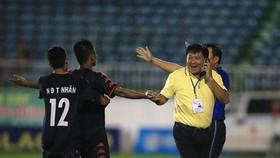 Niềm vui của GĐKT Đặng Trần Chỉnh và các cầu thủ B.Bình Dương sau trận đấu. Ảnh: MINH TRẦN