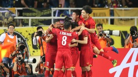 Anh Đức cùn đồng đội vui mừng sau bàn thắng thứ 2. Ảnh: MINH HOÀNG