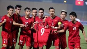 Các cầu thủ Việt Nam giơ chiếc áo thi đấu của Văn Toàn trong trận thắng Campuchia. Ảnh: MINH HOÀNG
