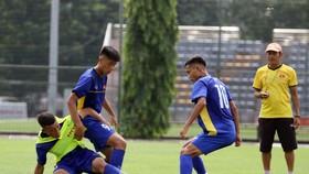 Thầy trò đội U15 Việt Nam trên sân tập. Ảnh: Đoàn Nhật