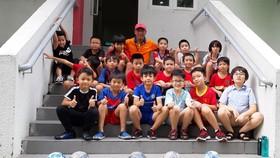 HLV Nguyễn Văn Tuấn và các học trò nhí. Ảnh: Anh Trần
