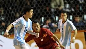 ĐT futsal Việt Nam trong trận đấu với Argentina 4 năm trước. Ảnh: Anh Trần