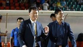 Ông Chung Hae-song cùng Chủ tịch CLB TPHCM Nguyễn Hữu Thắng.