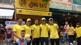 Ông Trần Thanh Hải, Chủ tịch Công ty NutiFood, cùng hai cầu thủ Văn Toàn, Tuấn Anh chụp ảnh lưu niệm cùng cô chủ Kiều Trinh. Ảnh: Anh Trần