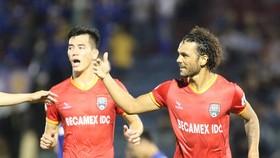 Tiến Linh và Gustavo, tác giả 2 bàn thắng cho đội bóng đất Thủ. Ảnh: Viết Định