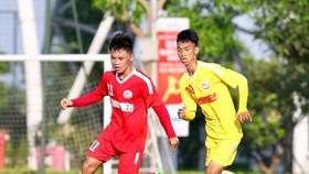 U19 Bình Dương (áo đỏ) ngược dòng đánh bại SLNA. Ảnh: Khả Hòa.