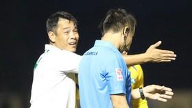 Trợ lý Huy Hoàng phản ứng trọng tài trong trận đấu. Ảnh: VIẾT ĐỊNH