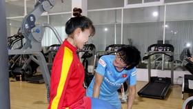Ông Choi đang hỗ trợ Chương Thị Kiều ở 1 động tác tập luyện.