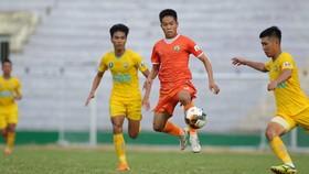 Bình Định (áo cam) tận dụng thành công ưu thế sân nhà để giành 3 điểm trước Tây Ninh. Ảnh: NGUYỄN DŨNG