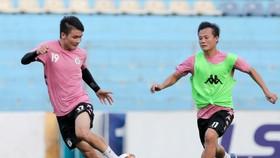 Quang Hải và Thành Lương trên sân tập