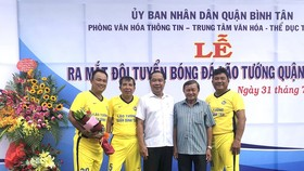 Hai anh em Võ Hoàng Tân và Võ Hoàng Bửu cùng lãnh đạo Phòng VH-TT Bình Tân, CLB tại lễ ra mắt