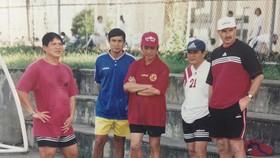 HLV A.Riedl cùng các cộng sự Dương Ngọc Hùng, Mai Đức Chung, Phạm Huỳnh Tam Lang và Phan Anh Tú (từ trái sang) vào năm 2000. Ảnh: QUỐC CƯỜNG