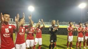Niềm vui của các cầu thủ TPHCM khi giành vé vào Bán kết. Ảnh: DŨNG PHƯƠNG