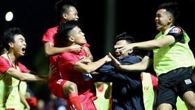 Niềm vui của các cầu thủ PVF sau bàn thắng vào cuối trận