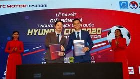 Lãnh đạo Công ty VietFootball cùng nhà tài trợ tại buổi họp báo trưa 5-10. Ảnh: DŨNG PHƯƠNG