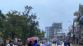Cầu thủ Huế di chuyển ra xe để vào Đà Nẵng trưa 10-10. Ảnh: Quang Sang