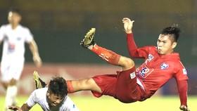Các cầu thủ B.Bình Dương đã tạo thế trận tốt trong cuộc so tài với Viettel