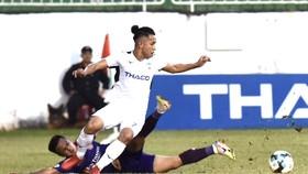Hồng Duy đi bóng qua hậu vệ Sài Gòn FC. Ảnh: ANH TIẾN
