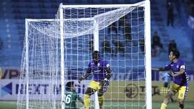 Khung thành Sài Gòn FC 4 lần bị xé toang bởi sức mạnh của đội chủ nhà. Ảnh: MINH HOÀNG