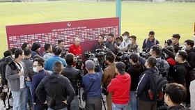 Buổi tập của đội thu hút đông đảo giới truyền thông. Ảnh: MINH HOÀNG