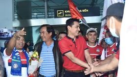 Ông Huỳnh Văn Ảnh cùng đông đảo khán giả ra sân bay chào đón HLV Kiatisak. Ảnh: Anh Tiến