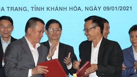 Đại diện nhà tài trợ và CLB Khánh Hòa tại buổi ký hợp đồng. Ảnh: Dũng Phương