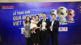 Lãnh đạo Công ty CP Sport chia vui cùng Tiến Dũng trong đêm Gala trao giải Quả bóng vàng 2020