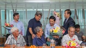 Ban tổ chức thăm hỏi sức khỏe ông Trần Kim Sang. Ảnh: DŨNG PHƯƠNG