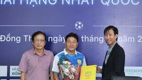 Ông Tống Văn Lâm (bìa phải) cùng ê kíp cộng sự lên phương án để tái thiết bóng đá Đồng Tháp