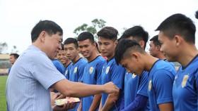 Lãnh đạo CLB Quảng Nam lì xì đầu Xuân cho các cầu thủ