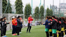 HLV Akira trao đổi cùng các học trò trước buổi tập.