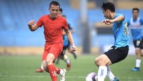 Phú Thọ (áo đỏ) trong trận giao hữu với Hà Nội mới đây. Ảnh: MINH HOÀNG