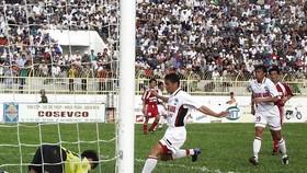 Kiatisak đối đầu thủ môn Trần Minh Quang trong trận đấu đầu tiên giữa hai đội kể từ khi HAGL thăng hạng năm 2003. Ảnh: QUỐC CƯỜNG