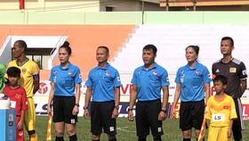 Hai trợ lý trọng tài nữ trong trận Đắk Lắk  - Huế