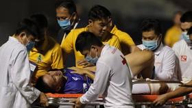 Hùng Dũng dính chấn thương nặng được đưa thẳng đi bệnh viện. Ảnh: NGUYỄN HOÀNG