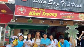 Các thành viên đội tuyển nữ TPHCM đến chung vui cùng thủ quân Huỳnh Như ở ngày khai trương quán