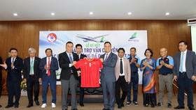 Lãnh đạo VFF trao tặng áo đội tuyển cho nhà tài trợ. Ảnh: VFF