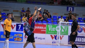 HLV Nguyễn Minh Hải của đội chủ nhà bỏ ngang ra về khi chưa hết trận khi bức xúc từ những quyết định của trọng tài. Ảnh: Thanh Đình
