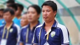 HLV Trịnh Văn Hậu rời cabin chỉ đạo ở đội An Giang