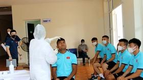 Các cầu thủ tiến hành xét nghiệm Y tế