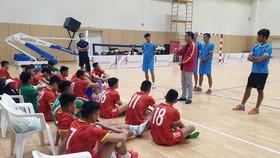 Thầy trò đội tuyển futsal Việt Nam sẵn sàng cho vòng play-off. Ảnh: ANH TRẦN