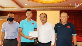 Chủ tịch Lê Khánh Hải trao quà động viên thầy trò đội tuyển