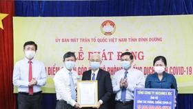 Đồng chí Võ Văn Minh Chủ tịch HĐND tỉnh trao bảng tấm lòng vàng nhân đạo cho đại diện Tổng Công ty Becamex IDC