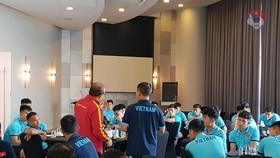HLV Paek Hang-seo trao đồi cùng các cầu thủ tại buổi họp.