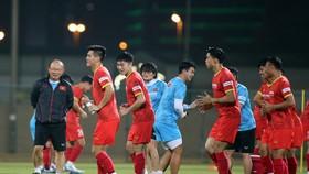Tiến Linh cùng các đồng đội trên sân Rashid Stadium. Ảnh: ANH KHOA