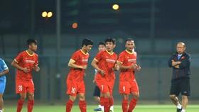 Các tuyển thủ Việt Nam trên sân tập tối 5-6. Ảnh: THIỀU ANH