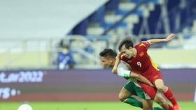 Hàng tiền vệ Indonesia luôn vất vả trước lối đá tốc độ của Văn Toàn. Ảnh: Thiều Anh