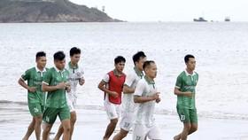 Cầu thủ Topenland Bình Định rèn thể lực bên bờ biển Quy Nhơn