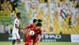Minh Vương nhanh chóng nhặt bóng chạy lên giữa sân sau kho ghi bàn rút ngắn tỷ số 2-3. Ảnh: ANH KHOA