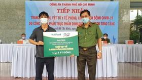 Đại diện Qũy Phát triển Tài năng Việt – cầu thủ Công Phượng trao bảng tượng trưng quà tặng cho Thượng tá Lê Viết Tiệp – Chánh văn phòng Đảng ủy CATP, Trưởng phòng Công tác Đảng và Công tác Chính trị